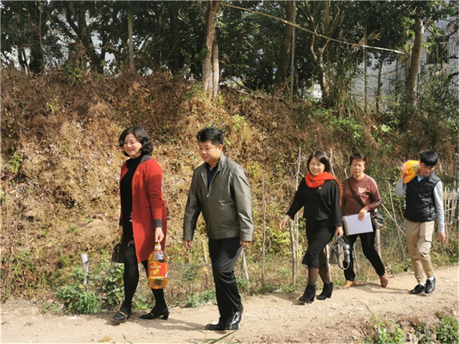 图一:茂名市教育局副局长潘华耀与市一幼扶贫工作组.jpg